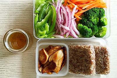 减肥餐之多彩沙拉+糙米饭团+香煎杏鲍菇