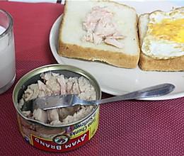 #雄鸡标金枪鱼罐头#金枪鱼三明治的做法