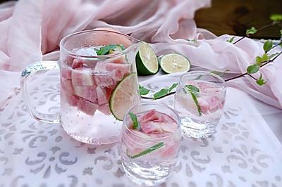 粉红色的夏日冰饮:蜜桃味