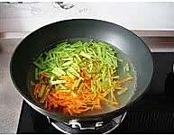 凉拌芹菜三丝的做法图解2