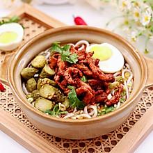 #夏日开胃餐#酸辣爆好吃的酸黄瓜鸡肉米线