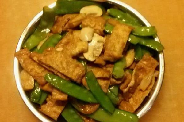 白蘑菇豌豆荚炒炸豆腐片的做法