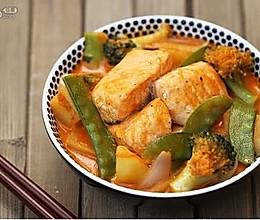 红咖喱杂蔬三文鱼的做法