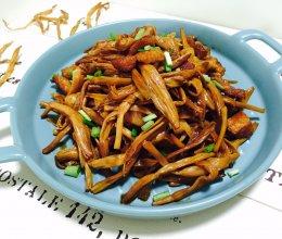 #母亲节,给妈妈做道菜#黄花菜炒五花肉的做法