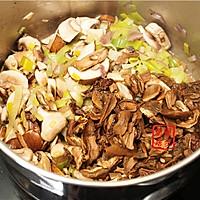 【曼步厨房】野生菌菇奶油浓汤的做法图解3