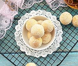 #美食新势力#椰香蛋白球的做法