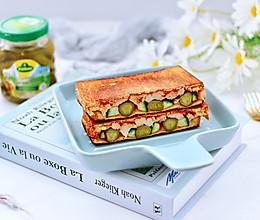 #夏日撩人滋味#酸黄瓜鸡肉三明治的做法