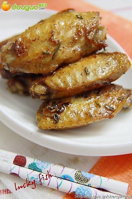 用西式香草与中式姜葱做一道中西合璧菜——迷迭香鸡翅的做法