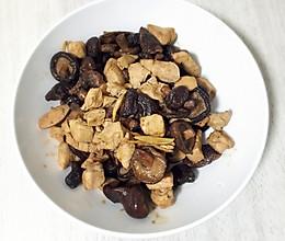 香菇炒鸡(鶏肉と椎茸炒め)的做法