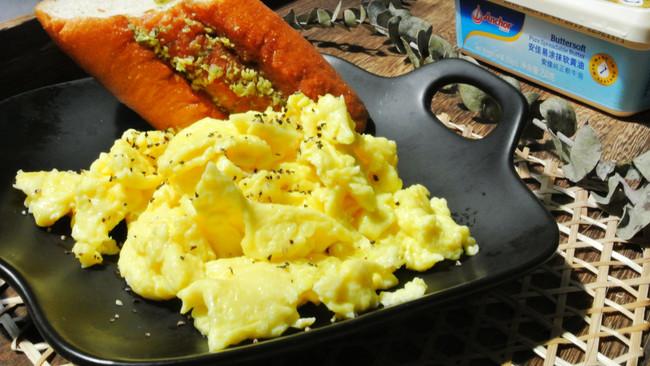 美式炒蛋+安佳黑科技易涂抹软黄油的做法