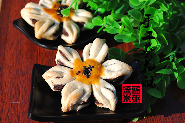 新年中式点心—豆沙馅葵花酥饼的做法