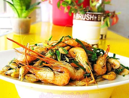 春韭焖河虾的做法