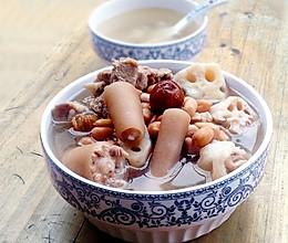 一道补血养颜的靓汤-----莲藕花生猪尾汤的做法