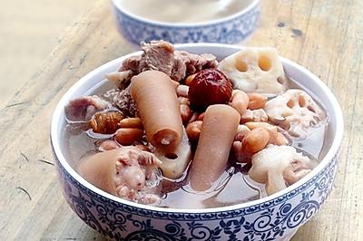 一道补血养颜的靓汤-----莲藕花生猪尾汤