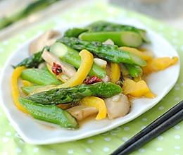 夏日的清新爽口:鲜菇芦笋小炒的做法