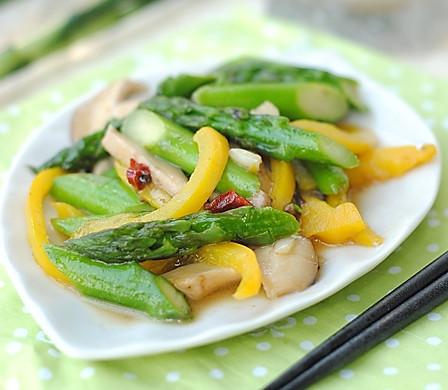 夏日的清新爽口:鲜菇芦笋小炒