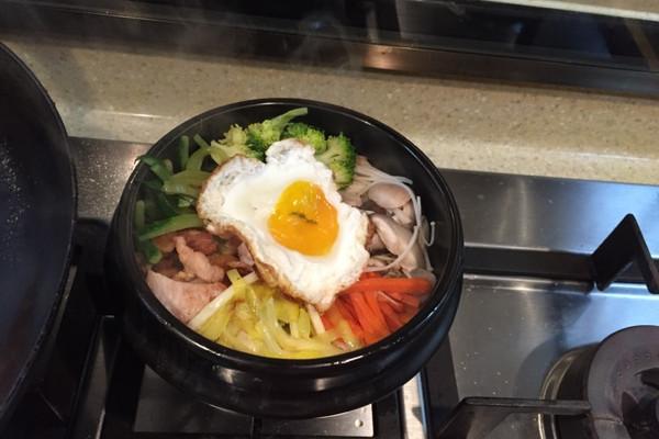 蔬菜什锦五花肉石锅拌饭的做法