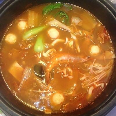 辣白菜五花肉菌菇海鲜锅