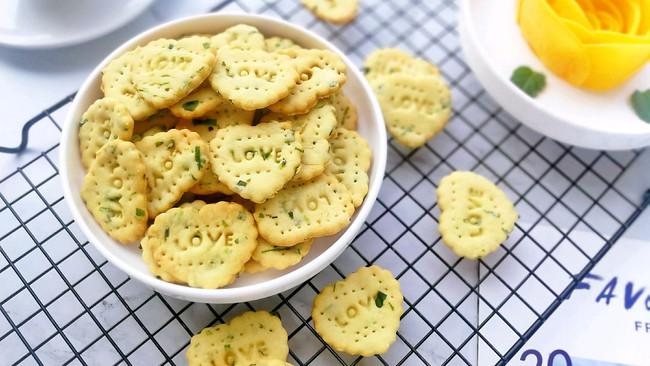 #金龙鱼精英100%烘焙大赛阿狗战队#心型香葱苏打饼干的做法