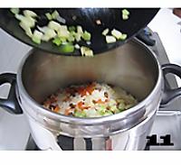 五彩腊肠焖饭的做法图解11