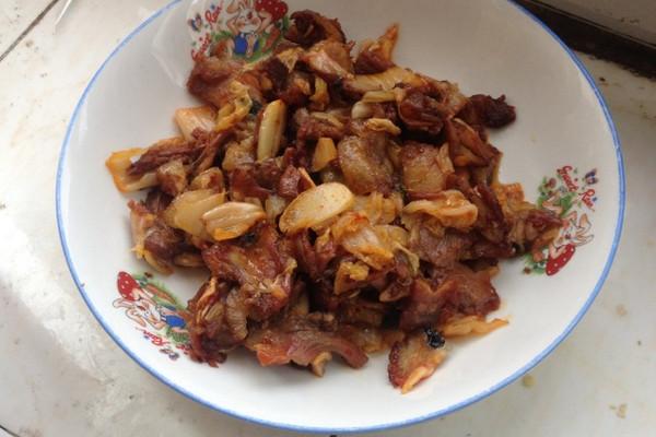 辣白菜炒猪头肉的做法