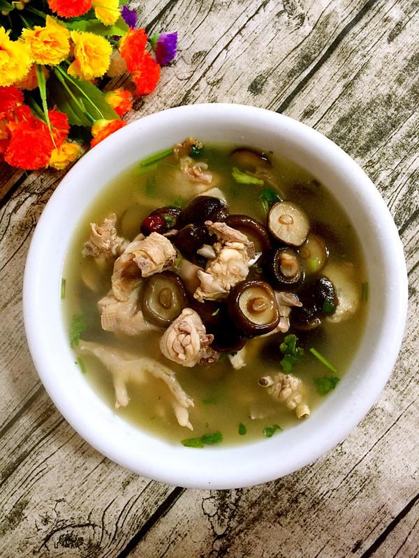 香菇红枣炖鸡汤的做法