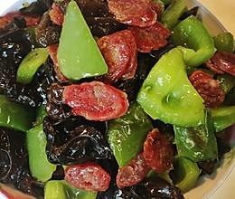青椒木耳炒腊肉的做法