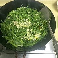 快手菜素炒茼蒿的做法图解6
