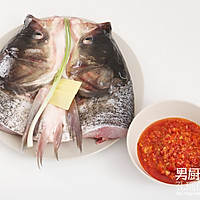 双色剁椒鱼头的做法图解1