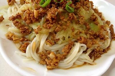 宝宝食谱:蒜香肉末西葫芦黄瓜拌面~