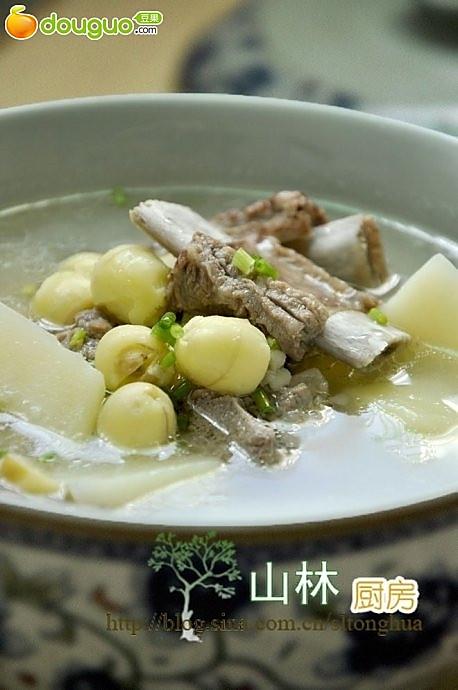 莲子土豆排骨汤的做法
