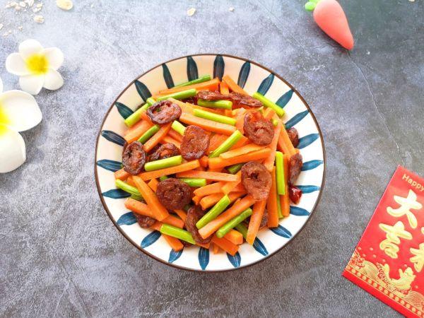 胡萝卜炒腊肠的做法
