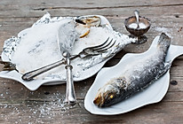 盐焗鲈鱼的做法