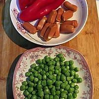 青豆红椒脆皮肠的做法图解1