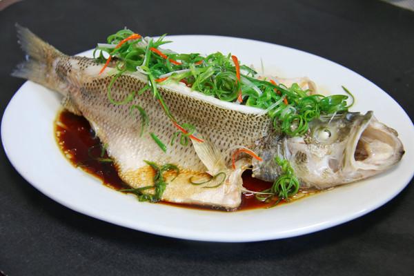 清蒸鲈鱼,鱼肉鲜美嫩滑的秘密的做法