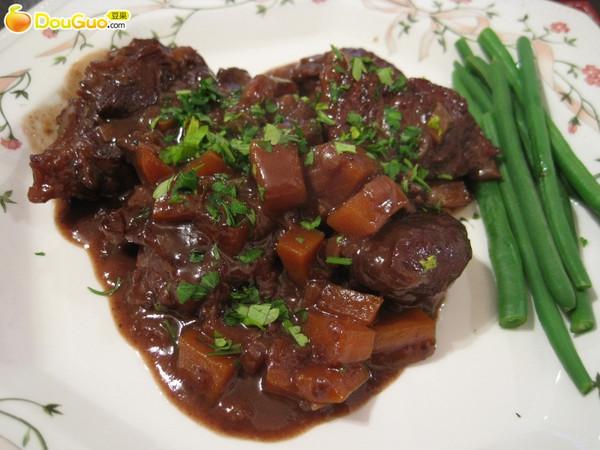 红酒炖牛腱配豇豆的做法