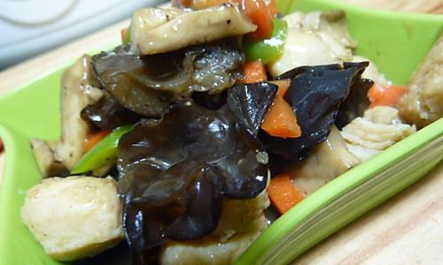 黑木耳鲜蘑炒鸡丁的做法