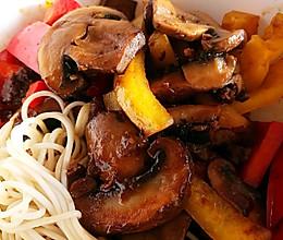 大褐菇彩椒盖面的做法