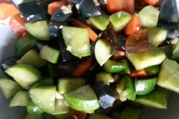 皮蛋拌黄瓜的做法