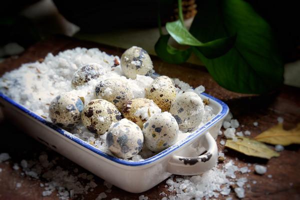 烤箱盐焗鹌鹑蛋的做法