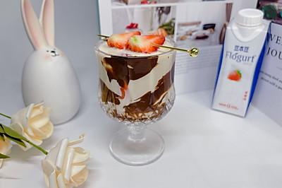 草莓巧克力植物酸奶杯