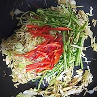 #仙女们的私藏鲜法大PK#圆白菜炒油条 鲜香好吃消耗剩油条的做法图解6