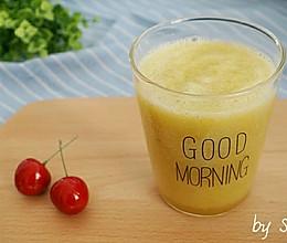 【减肥果蔬汁】西芹苹果汁的做法
