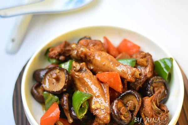 胡萝卜香菇炖鸡的做法
