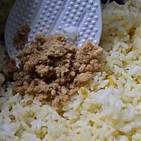 咸蛋黄肉松饭团的做法图解3