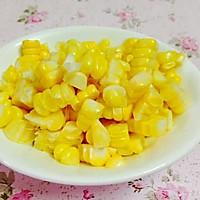 素食主义:玉米炒红萝卜的做法图解1