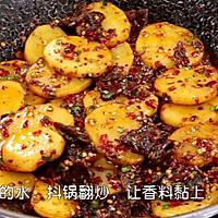香喷喷的【孜然牛肉土豆片】 的做法图解5