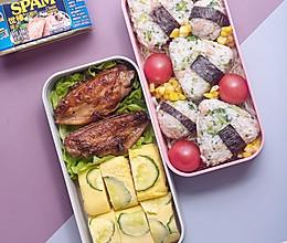 复工系列便当二,午餐肉西蓝花饭团+黄瓜厚蛋烧+香煎鸡翅的做法