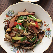 腊肉炒蒜苗茶树菇