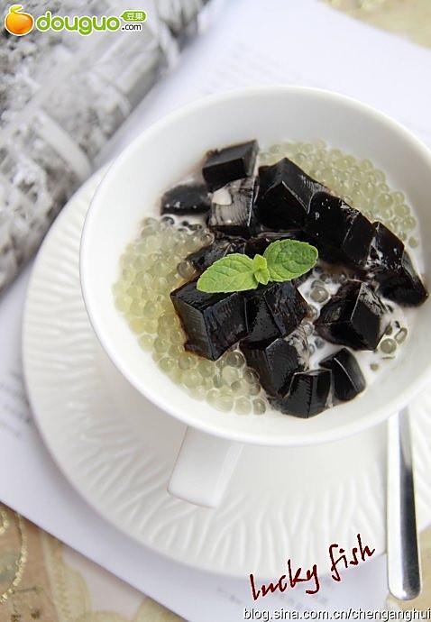 夏天的五分钟甜品——椰汁西米龟苓膏的做法